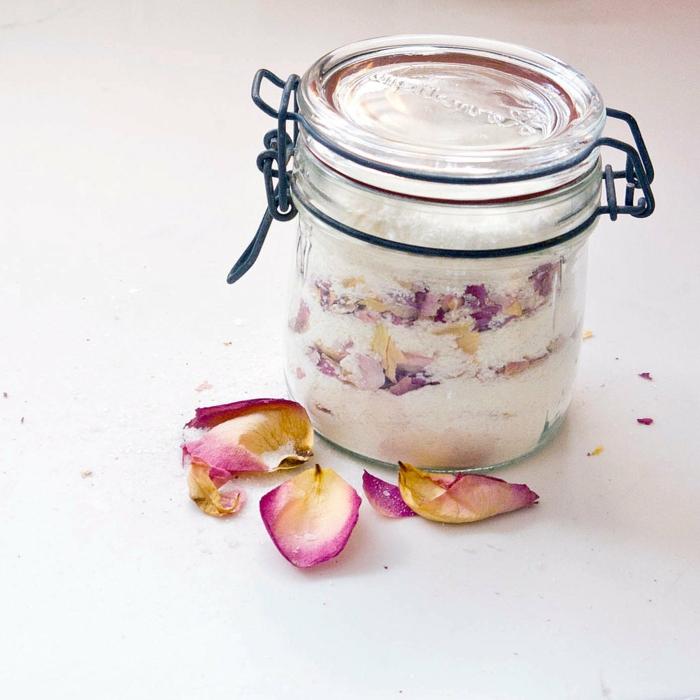 Badesalz mit Rosenblüten selber herstellen, in Einmachglas, perfektes Geschenk für jeden Anlass