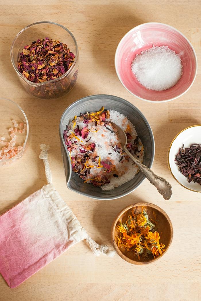 Badesalz schnell und einfach selber herstellen, Blüten in Kolben und Schüssel, rosa-weißes Säckchen