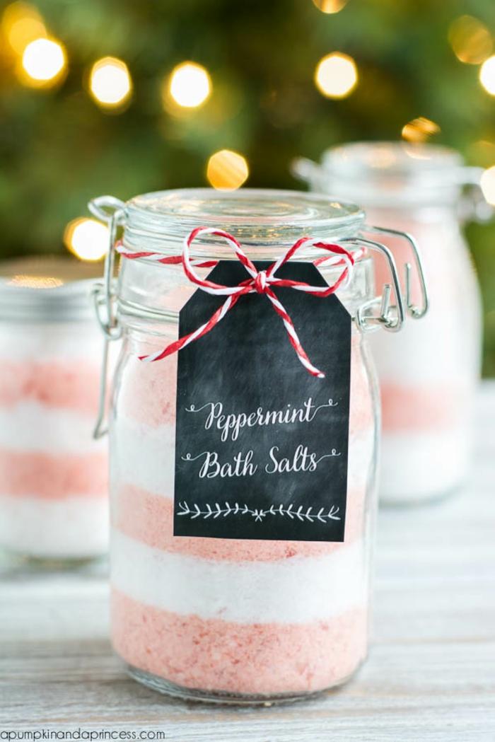 Badesalz mit Pfefferminze selber herstellen, zweifarbig- rosa und weiß, Einmachglas mit Faden verziert