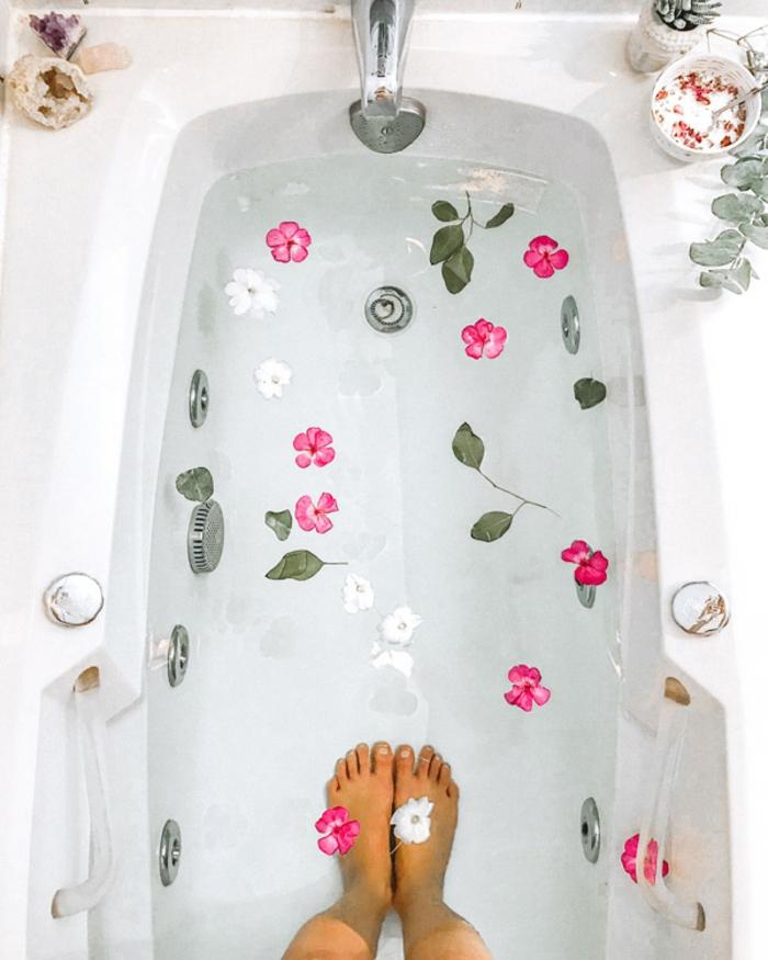 Aromatherapie im eigenen Badezimmer, Badesalz mit Blüten und Blättern, Hausmittel für höchste Entspannung