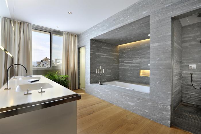 schöne bäder, bad mit eingebauter badewanne und boden aus holz