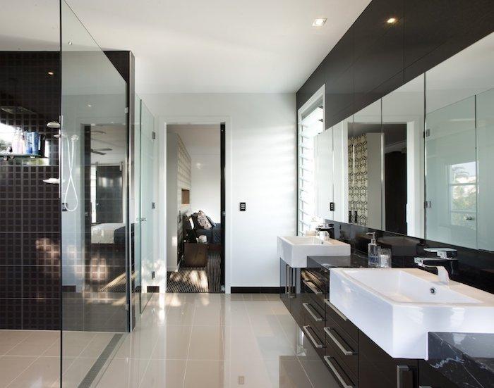 schöne bäder in weiß und braun, bad mit duschkabine und waschbecken mit unterschränken