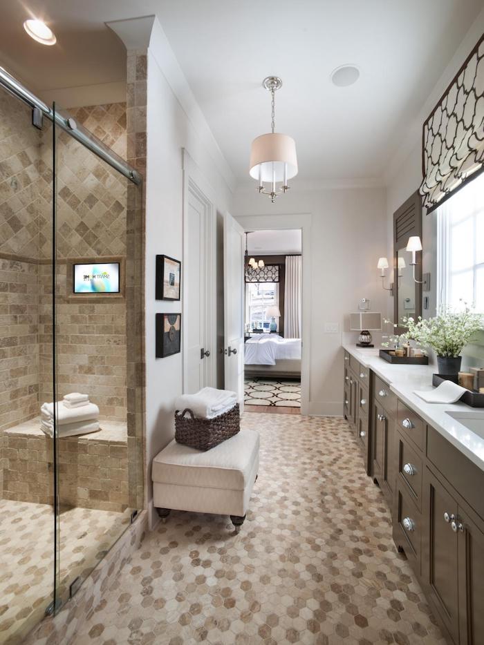 schöne bäder mit mosaikfliesen, große duschkabine mit glastür, bad in braun