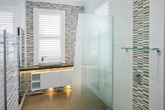 badezimmergestaltung in weiß und braun, badezimmerbeleuchtung, dusche mit trennwand aus glas