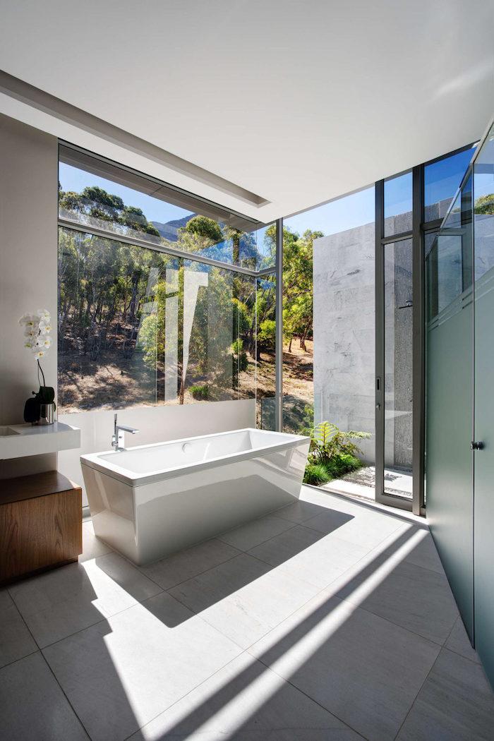 moderne badezimmer, eckige freistehende badewanne, bad mit großen fenster