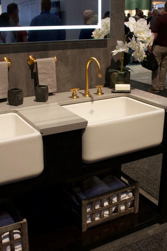 badezimmergestaltung in braun, weiße eckige waschbecken mit goldenen hähnen