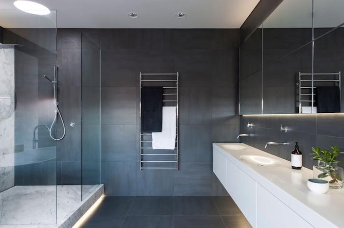 badezimmergestaltung in weiß und grau, große duschkabine aus glas