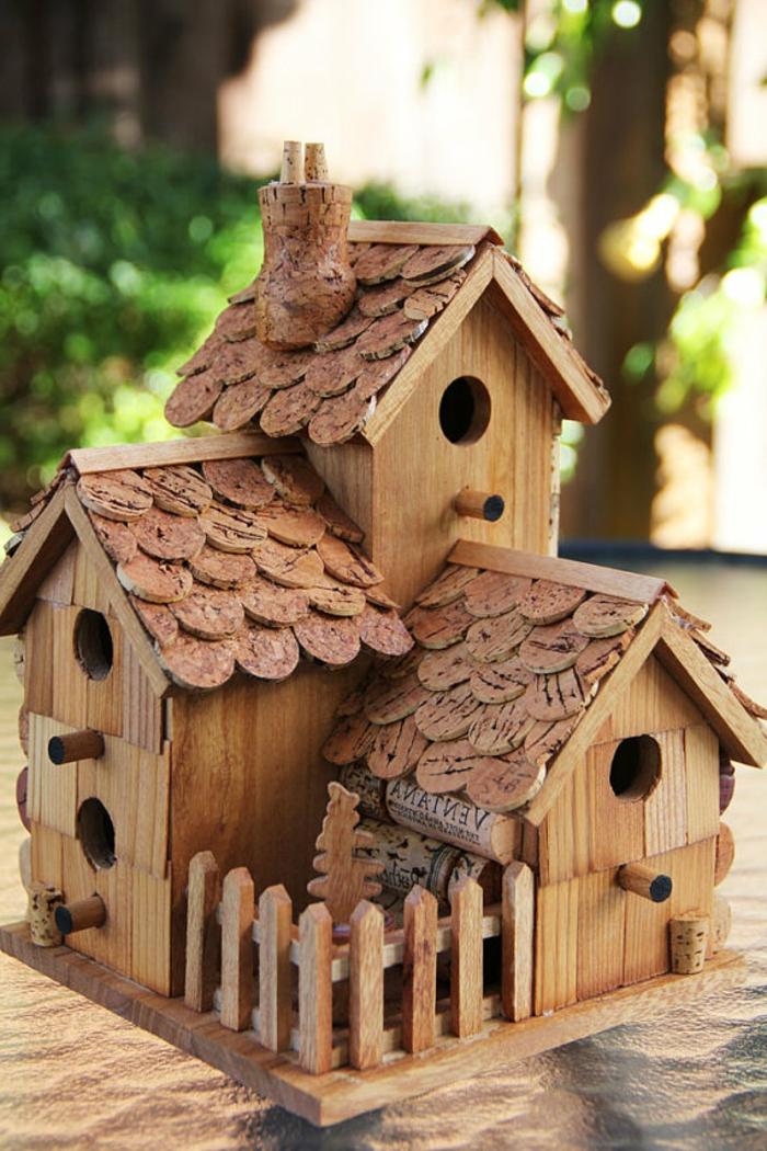 Vogelhaus aus Holz und Korken selber machen, DIY Projekte für Erwachsene, den Vögeln eine Freude machen