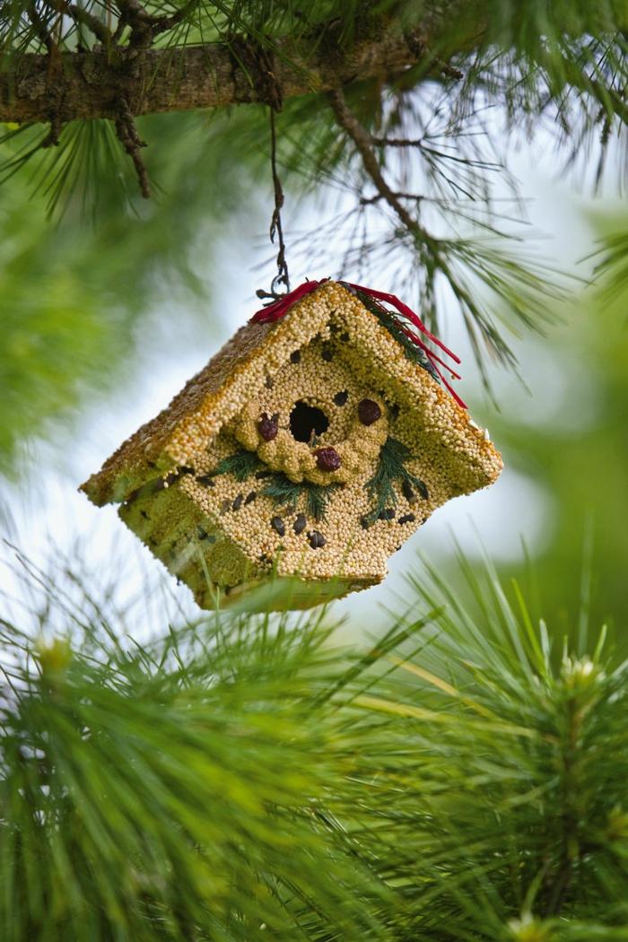 Vogelhäuschen mit Samen, Sonnenblumenkernen und Rosinen bekleben und aufhängen, ausführliche Anleitung