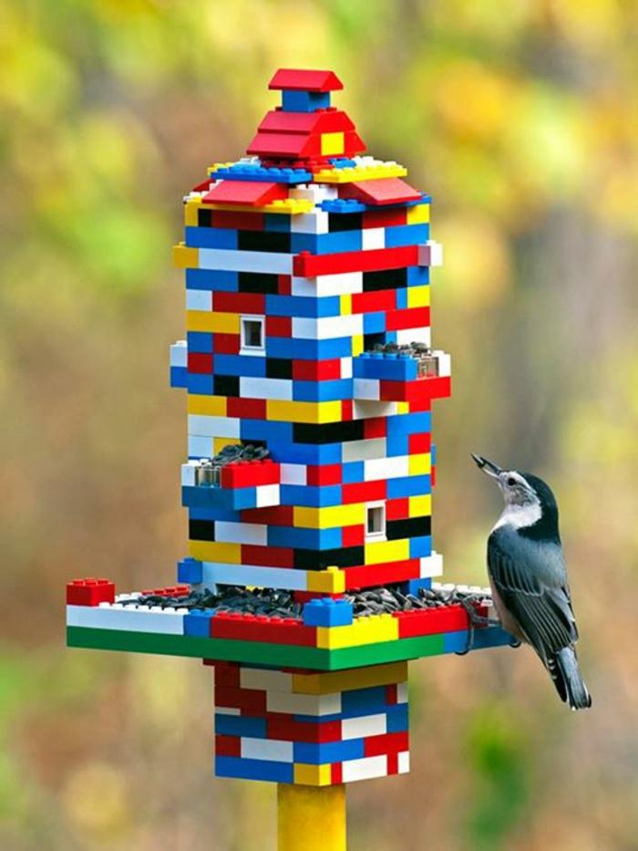 Vogelhaus aus Baukasten machen, tolle DIY Idee für Kinder, ein Vögelchen frisst Sonnenblumenkerne
