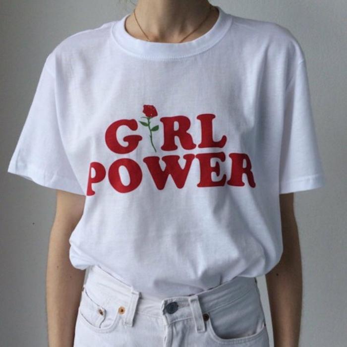 T-shirt gestalten - ein weißes T-shirt mit einer roten Aufschrift und kleiner bemalter Rose