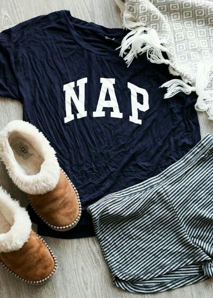 ein Pyjama mit einem bedrucken T-shirt, das Schläfchen sagt - T-shirt gestalten