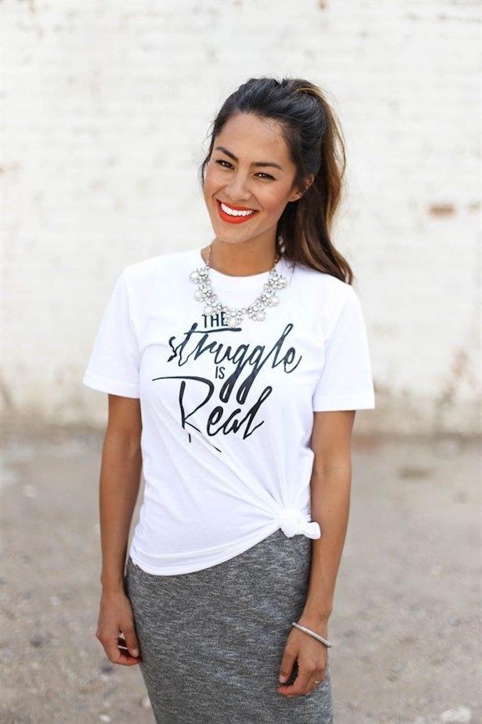 T-shirt gestalten - ein weißes T-shirt mit einer schwarzen Aufschrift - Der Kampf ist hart