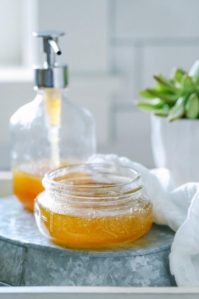 naturkosmetik selber machen, einmachglas mit honig, selbstgemachtes duschgel