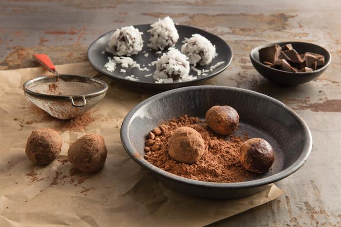 vegane schokolade - rohe praline selber machen kakaopuder nüsse und trockenes obst sind die nötigen zutaten