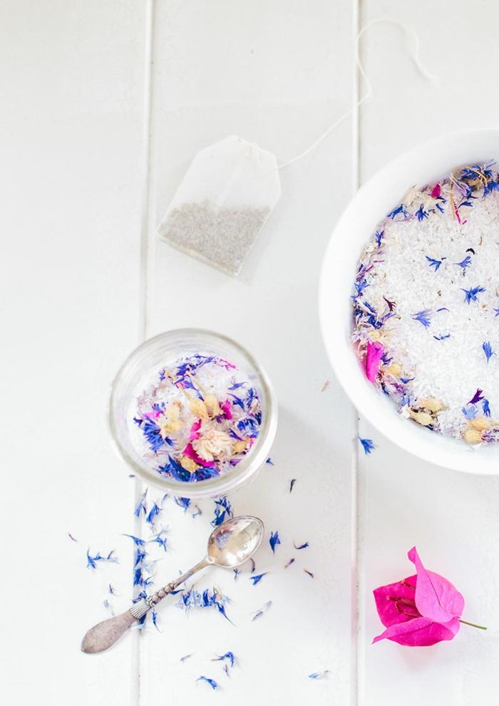 Badesalz mit Tee und Blüten, einfaches und schnelles Rezept, Hausmittel gegen Stress und Müde