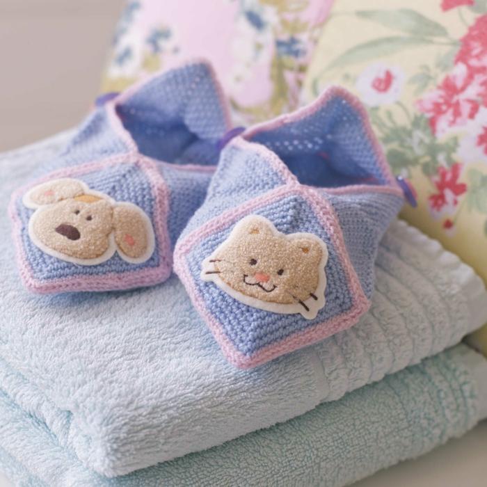 Süße selbstgestrickte Babyschuhe in Blau mir rosafarben Kanten, schönes Geschenk für Mädchen und Jüngen, mit Katze und Hund