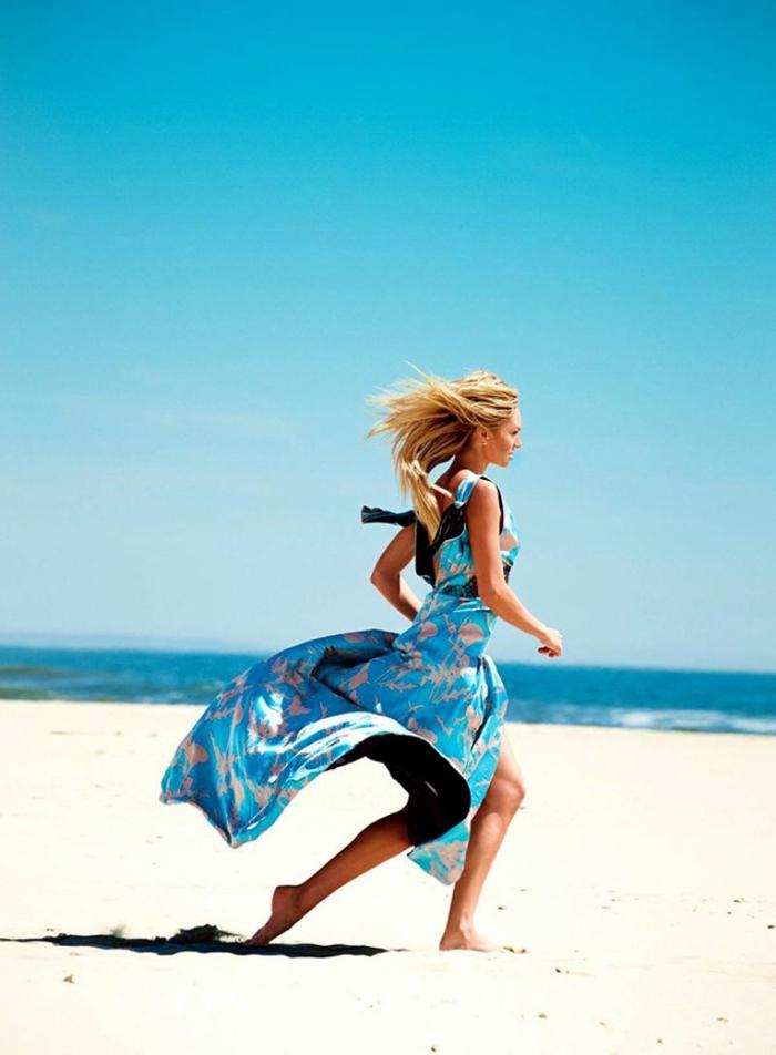 Candice Swanepoel mit Sommer-Outfit, langes hellblaues Kleid, glatte blonde Haare