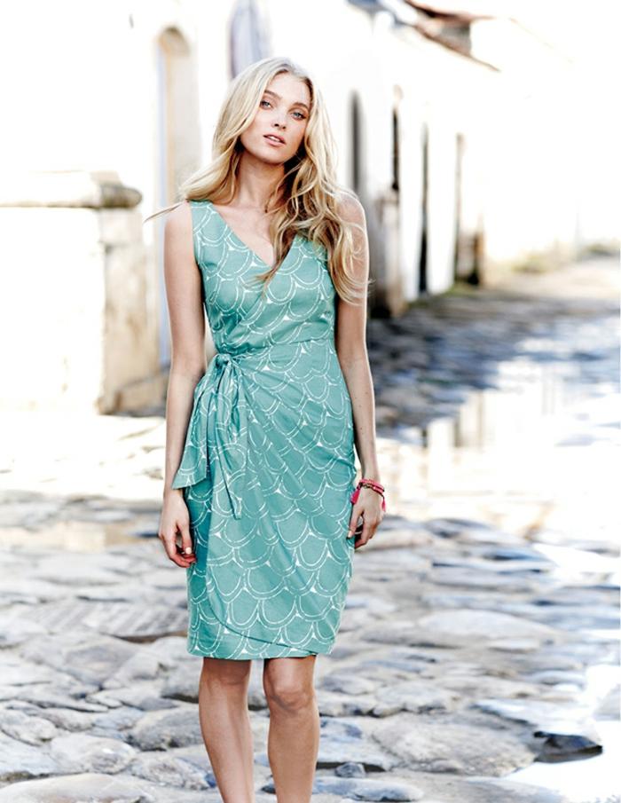lange blonde Haare, Sommer-Outfit, hellblaues Kleid mit V-Ausschnitt, natürliches Make-Up