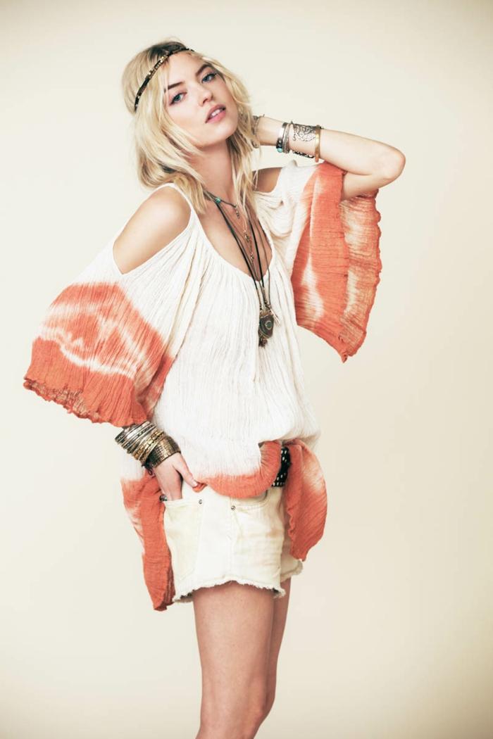 mittellange blonde Haare, Sommer-Outfit, weiße kurze Hose und Top mit weiten Ärmeln, auffälliger Schmuck