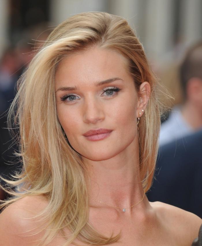Den perfekten Blondton auswählen, olivenfarbener Teint, blaue Augen, matter Lippenstift