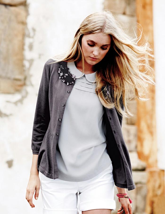blondes langes Haar, casual Outfit, weiße kurze Hose, hellgraues Top mit Kragen, dunkelgrauer Cardigan
