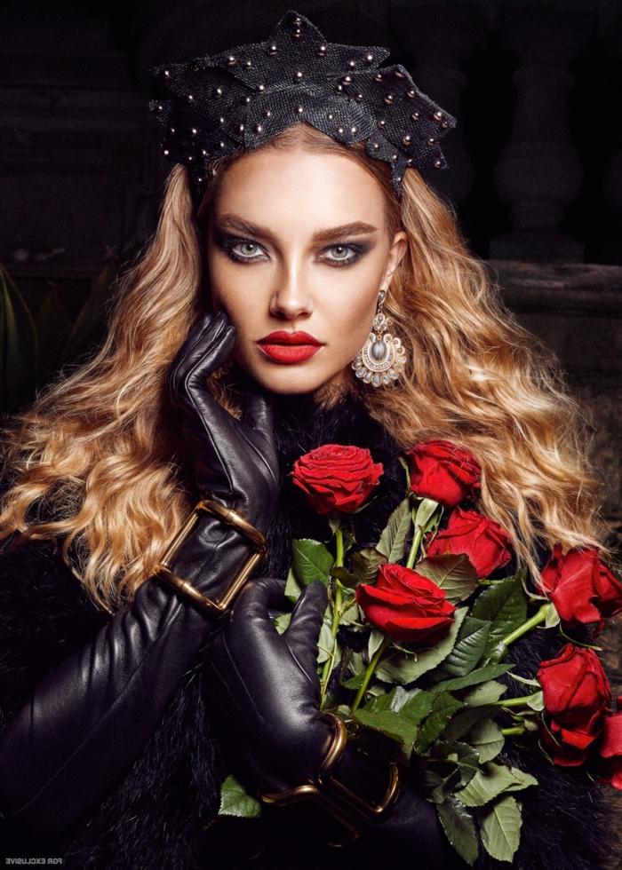 Haare blond färben, dunkelblondes Haar, schwarzes Kopftuch mit Perlen, auffällige Ohrringe, schwarze Lederkleidung, Smokey Eyes und knallrote Lippen