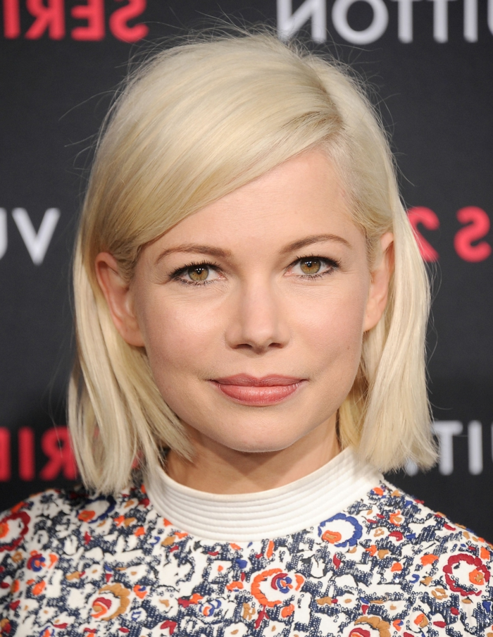 blonde Bob-Frisur, glattes mittellanges Haar, matter Lippenstift und schwarze Mascara, buntes Top