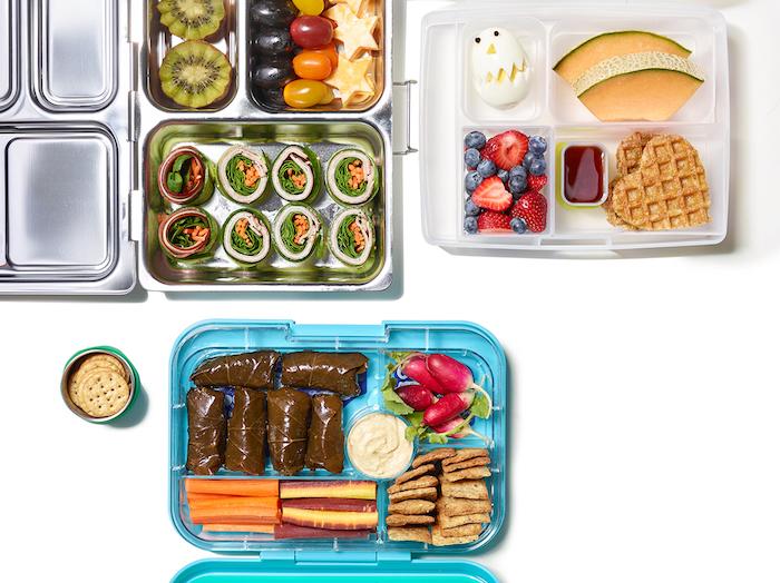 fleischlose Weinblattrouladen, kleine runde salzige Kekse, leichte Majonäse, Käse in rotem Wachs, längliche Radieschen, Obstbox