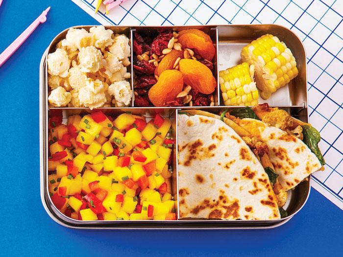 Metallbox aus Edelstahl mit fünf Fächern, Tortilla mit Fleisch, Salat, gekochter Mais, Puffmais mit Butter, Trockenfrüchte