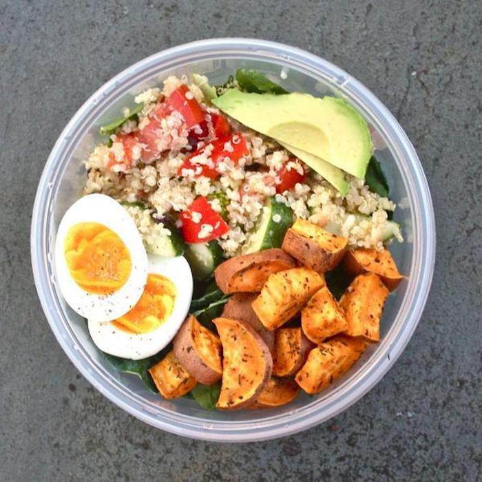 Quinoa-Salat mit kleinen Würfeln Tomaten, Gurke mit der Schale und Avokado, gekochte Eier, frittierte Zucchini