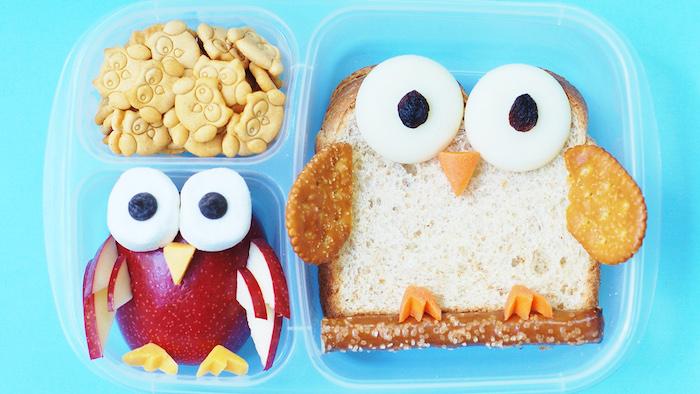 Lunchdose mit drei Unterteilungen, kleine Eulenkekse, Apfeleule aus rotem Apfel, Augen aus Marshmallow und Schnabel aus Mango
