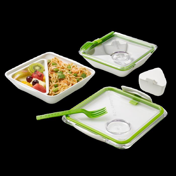 Lunchdose mit zwei Fächern, Obstsalat aus Kiwi, Trauben, Äpfeln, Wassermelone und Pfirsichen, Spaghetti mit grünen Bohnen, Plastikgabel