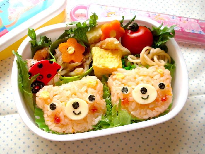 Mittagmenü für Kinder: weißer Reis mit Tomaten, Mais, Käse und Oliven, Karottenblümchen und Cherrytomaten als Beilage, Deko mit Marienkäfer