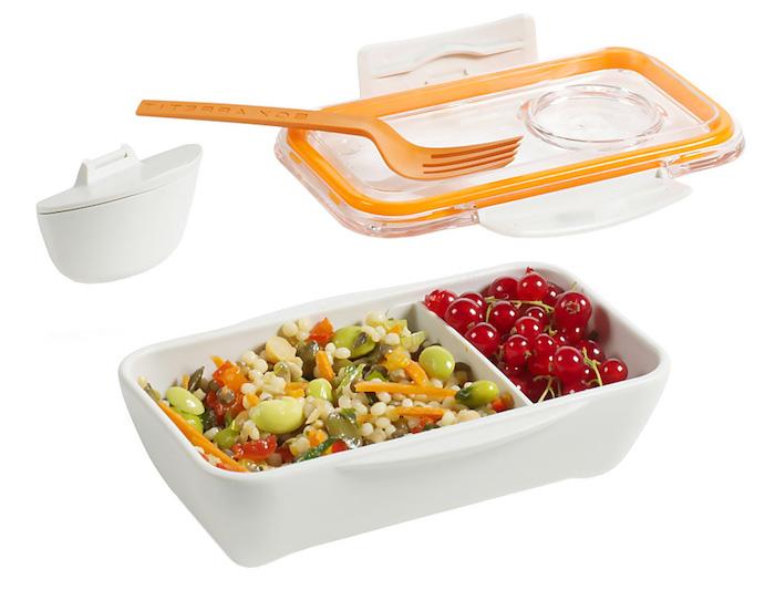 Quinoa mit Bohnen, Paprika und Karotten, Sauerkirschen, Dose aus weißer Plastik, transparenter Deckel