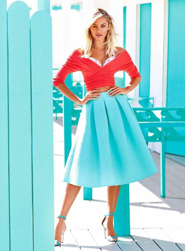 blonde mittellange Haare, Outfit in Vintage-Stil, weiter hellblauer Rock, schulterfreies rotes Top