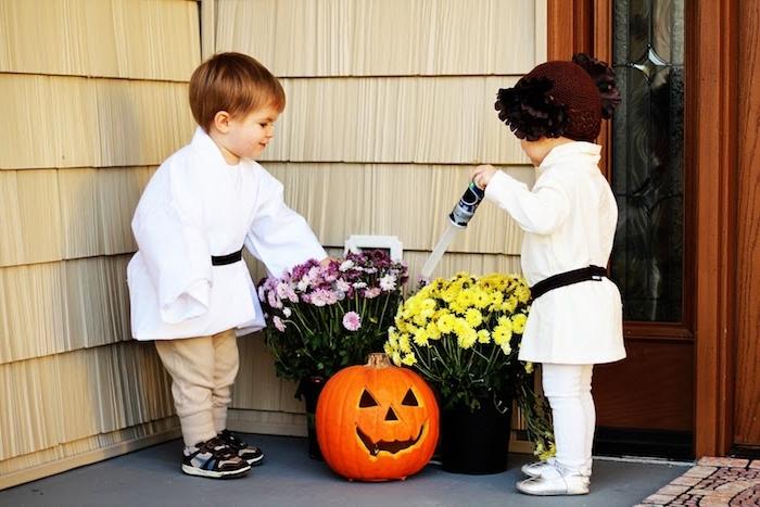 einfache Halloween Kostüme - zwei Zwillinge wie die Zwillinge aus Star Wars - Leia und Luke