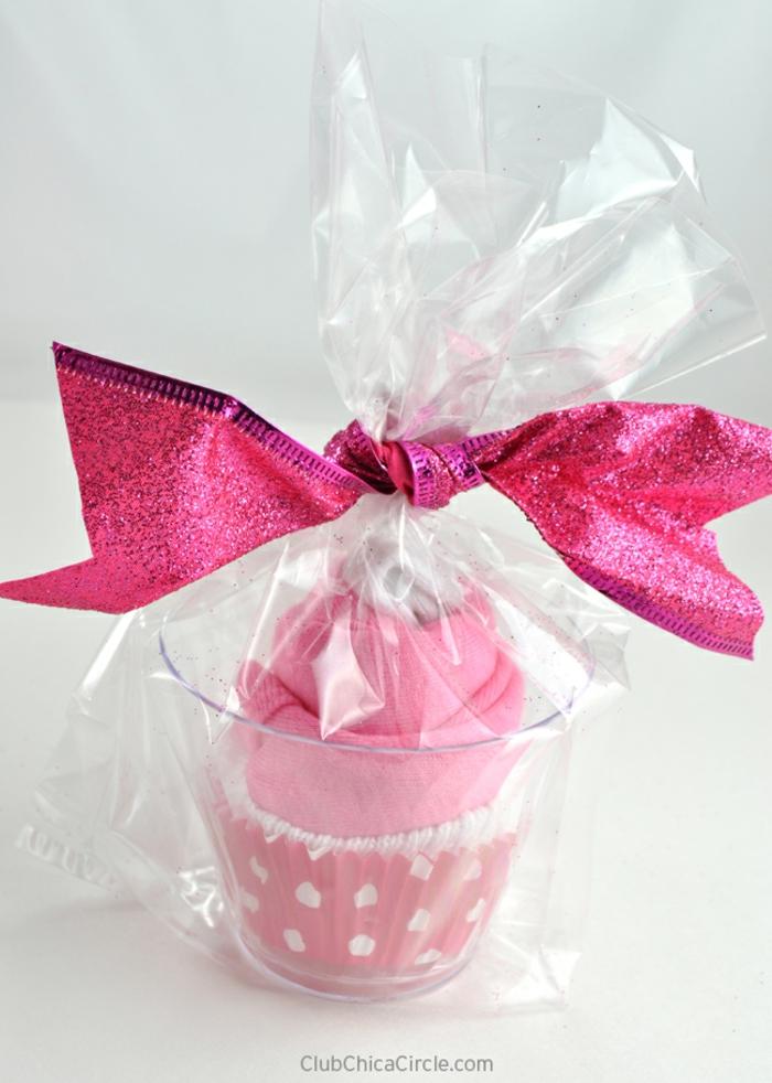 Babygeschenk für Mädchen, Cupcake aus Babysöckchen und Tuch, mit großem Band verziert