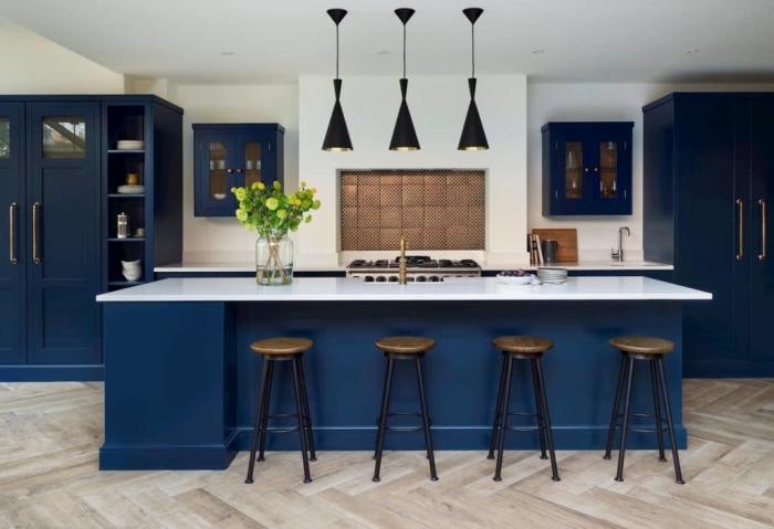 deko ideen küche, dunkelblaue einrichtung, designer möbel, schwarze pendelleuchten, große insel