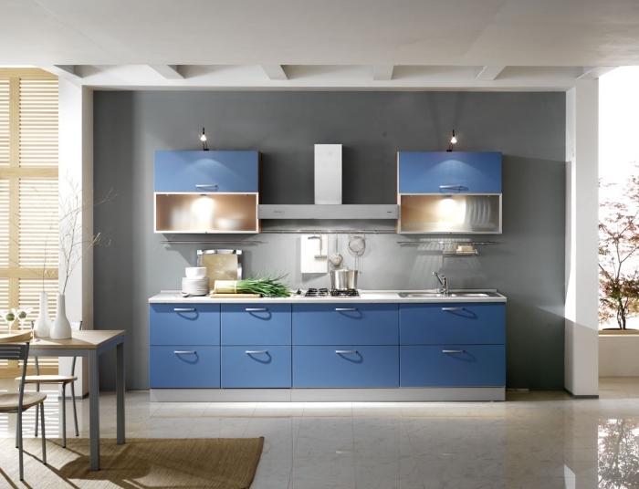 deko ideen küche, kleiner raum einrichten, graue wand, küchenschränke mit beleuchtung, weiße fliesen