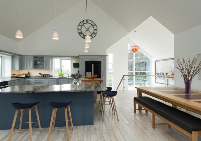 deko ideen küche, küchendeko ideen, schwarze wanduhr, kleine weiße lampen, elemente aus holz