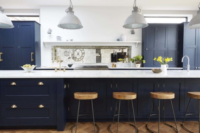 deko ideen küche, lange kücheninsel, weiße lampen, zimmer dekorieren, wohnung einrichten