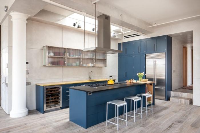 deko ideen küche, moderne küchenlösungen, metallene barstühle, weiße wände, bpden aus holz