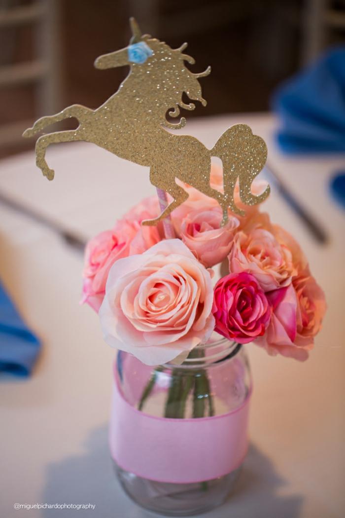 Dekoration für Babyparty, rosafarbene Rosen und goldenes Einhorn in Einmachglas