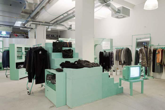 kleider mintgrün attelier fernseher minzgrün minze farbe schränke schubladen kleider bekleidung farben designer studio