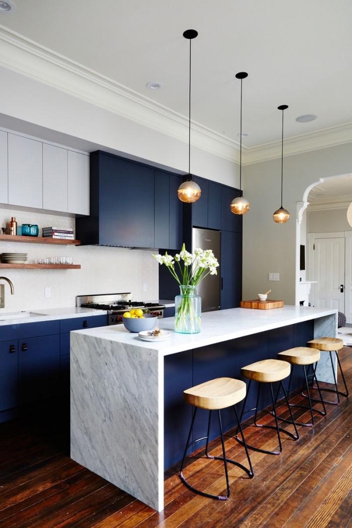 designer küchen bilder, boden aus dunklem holz, küchenboden ideen, insel aus marmor, kleine runde pendellampen
