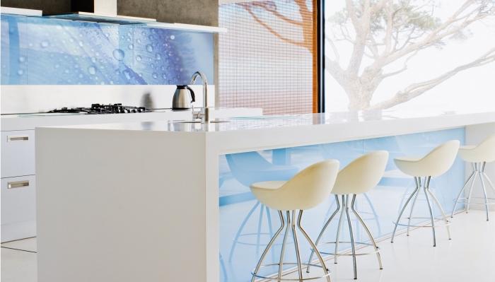 designer küchen bilder, kücheninsel in weiß und hellblau, moderne kpchenwand mit wassertropfen