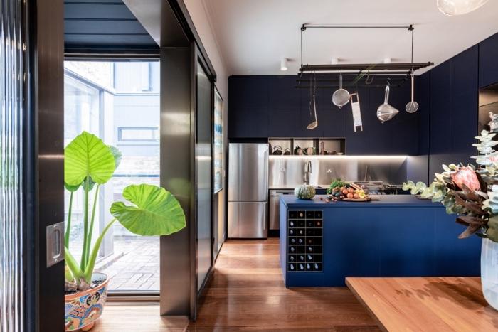 designer küchen, küchengestaltung in dunkelblau und holz, küchendeko ideen, große zimmerpflanze