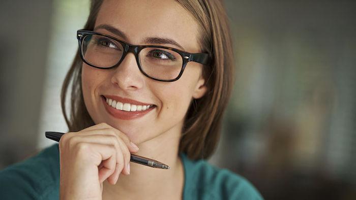 die richtigen worte finden, frau mit blauer bluse und kurzen glatten haaren, die brille trägt