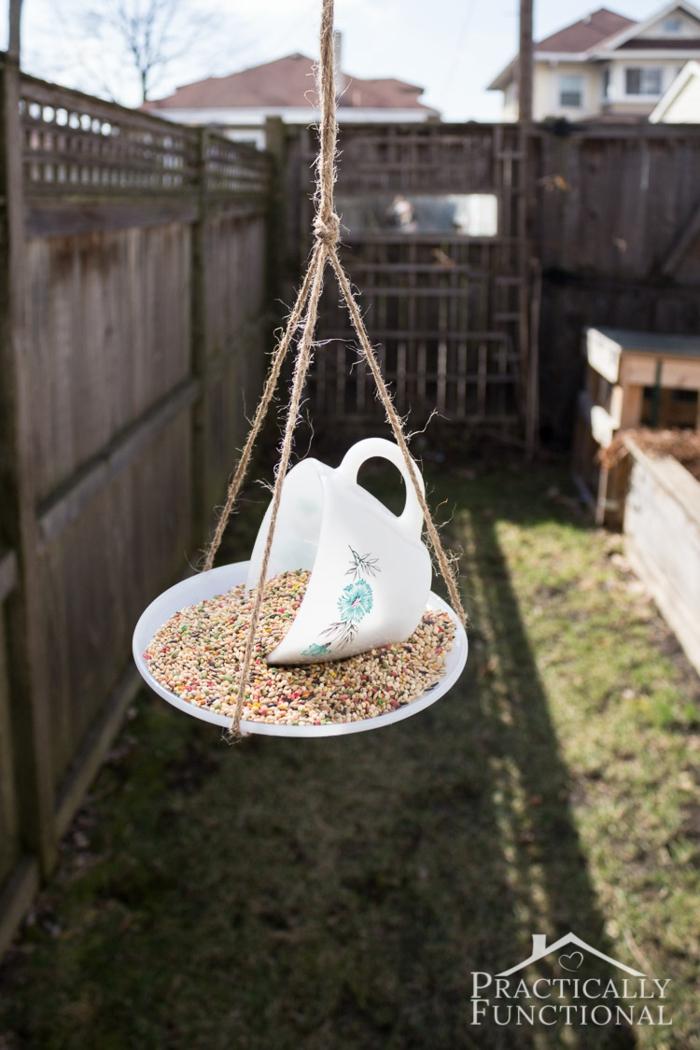 Futterhäuschen für Vögel aus Teetasse, Samen und Sonnenblumenkerne für Vögel, einfache DIY Idee
